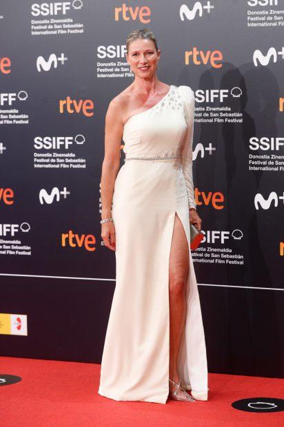 Anne Igartiburu ha sido de las primeras invitadas en llegar al Festival de San Sebastián 2021. Un certámen que ha estado marcado por las restricciones sanitarias./Gtres