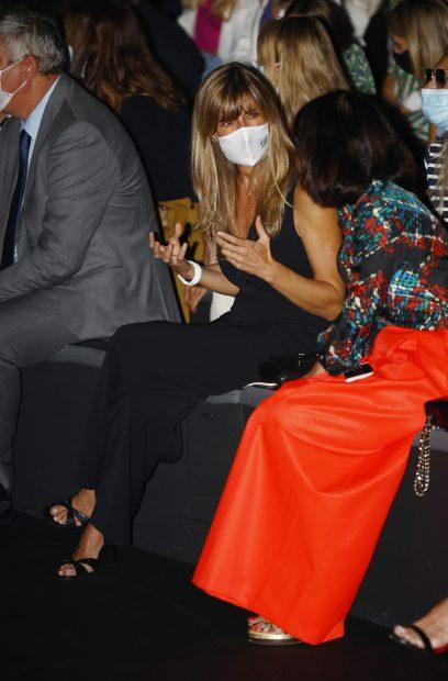 La mujer de Pedro Sánchez disfrutando de un desfile en la Mercedes-Benz Fashion Week./Gtres
