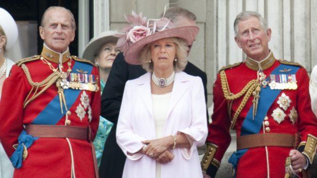 El duque de Edimburgo junto a su hijo, el príncipe Carlos y Camilla Parker Bowles en una imagen de archivo./Gtres
