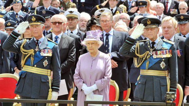 La reina Isabel II y el duque de Edimburgo junto a su hijo, el príncipe Carlos en una imagen de archivo./Gtres