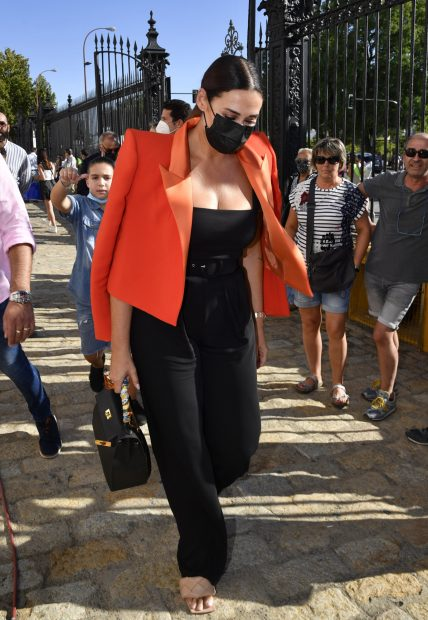 Vicky Martín Berrocal apostó por un conjunto negro que combinó con una blazer naranja con enromes solapas./Gtres