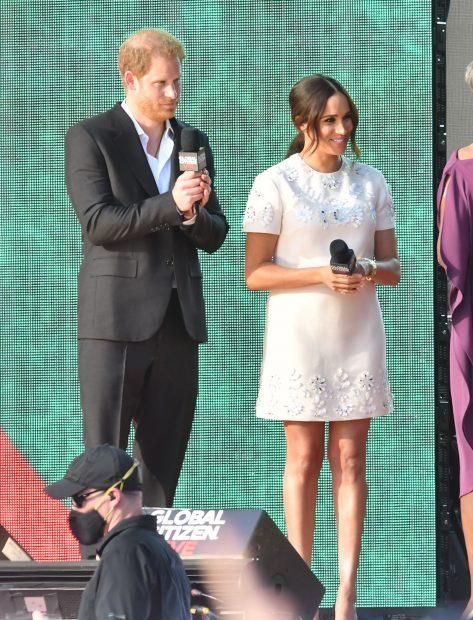 El príncipe Harry ha optado por un traje de dos piezas formado por una chaqueta, camisa blanca y pantalón negro./Gtres