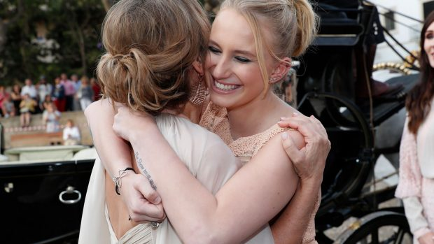 Ainhoa Arteta abraza a su hija / Gtres