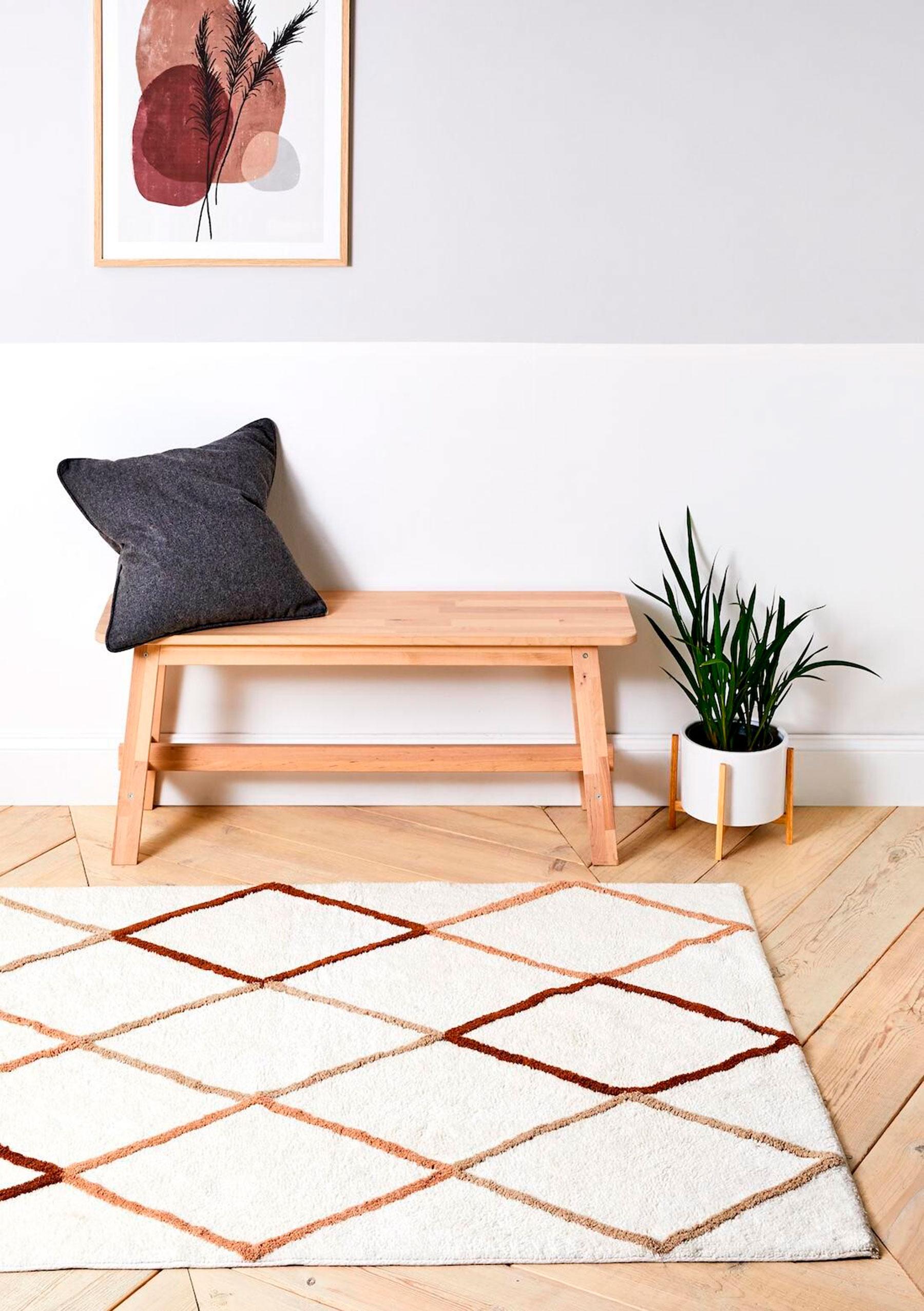 Alfombra de lana y banco de madera de la nueva colección deco de Primark / Primark