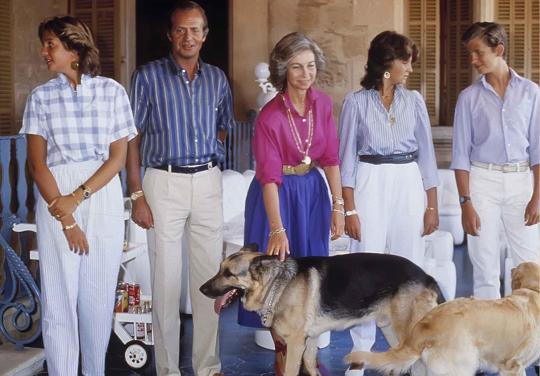 Juan Carlos I y Sofía junto a sus hijos y dos de sus mascotas en una imagen de archivo / GTRES
