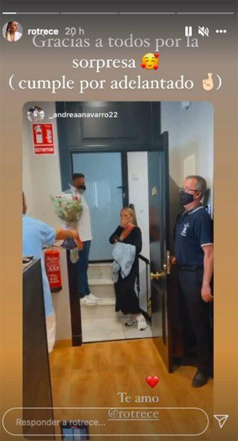 David Flores ha soprendido a su hermana conun ramo de flores rojas./Instagram @rotrece