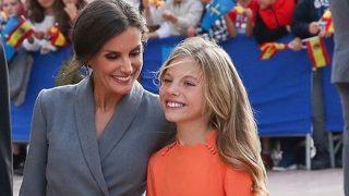 Estos son los looks del Día de la Hispanidad de la Reina Letizia y la Infanta Sofía en versión low cost